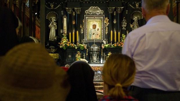Pielgrzymi w kaplicy na Jasnej Górze