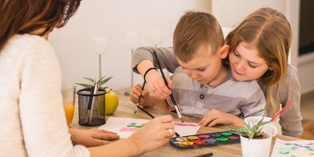 Matka maluje z dziećmi
