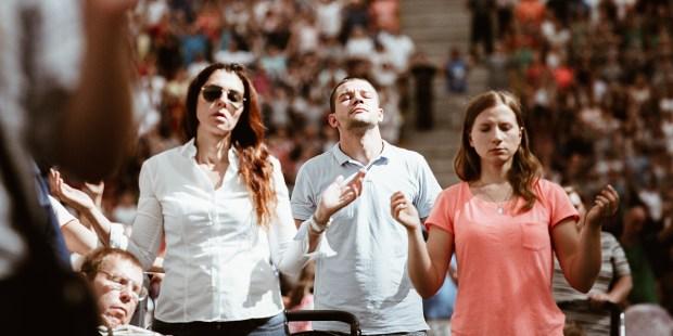 Ludzie modlący się na Stadionie