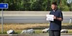 Ksiądz łapie autostopa