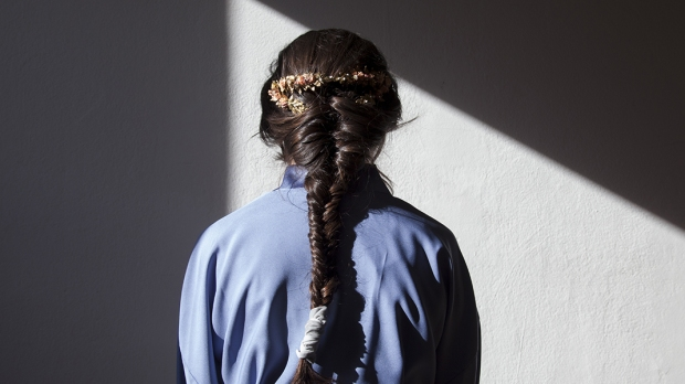 Dziewczyna stojąca tyłem przy ścianie