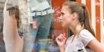 Dziewczyna przed witryną sklepową
