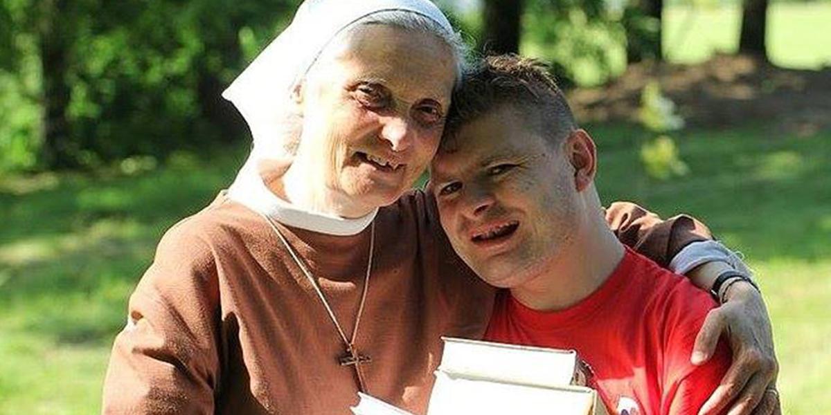 Siostra Małgorzata Chmielewska z adoptowanym synem Arturem