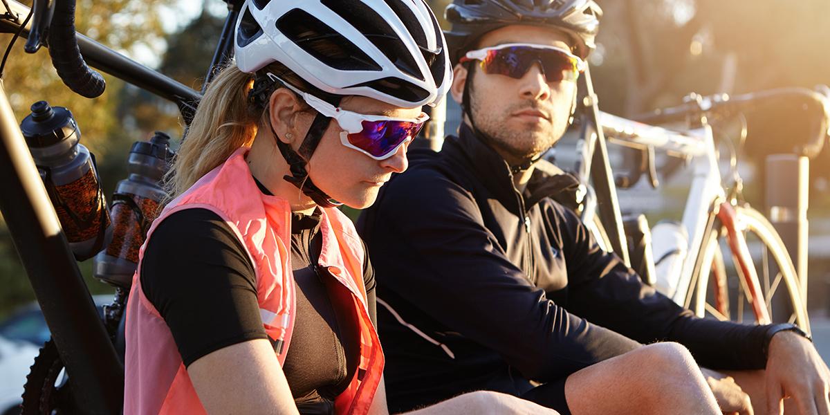 Zmęczona para rowerzystów