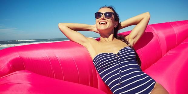 Kobieta w kostiumie kąpielowym na plaży