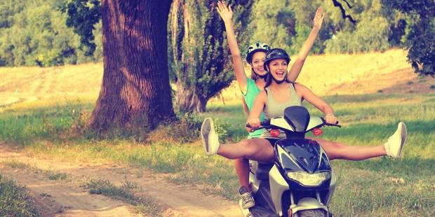Dwie dziewczyny na motorze