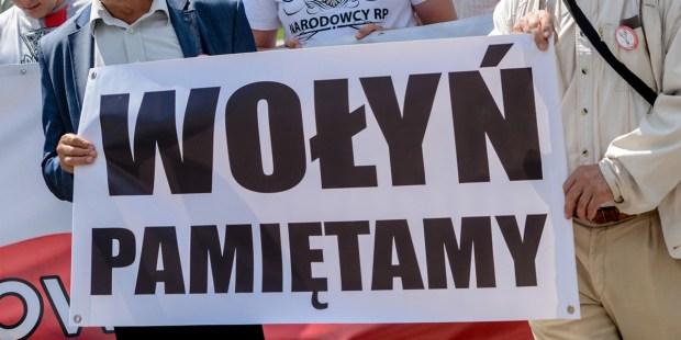 """Demonstranci z plakatem """"Wołyń pamiętamy"""""""