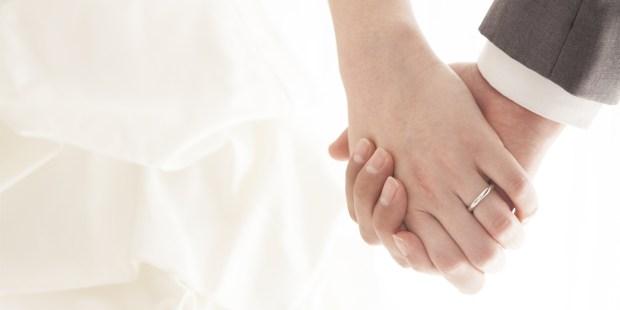 COUPLE MARIÉ SE TENANT LES MAINS