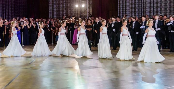 Debiutańci podczas balu w tańcu