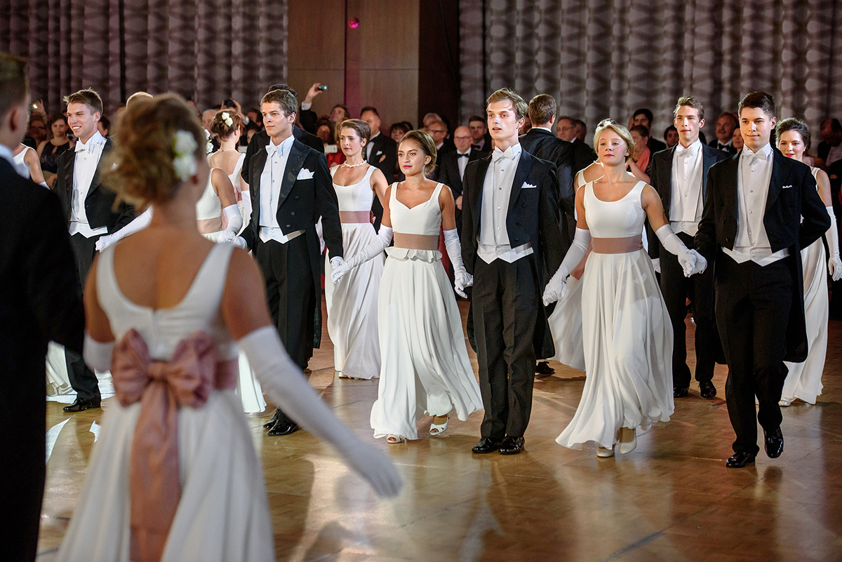 Pary w tańcu podczas Balu Debiutantów