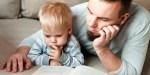 Ojciec czytający książkę synowi