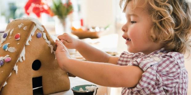 Chłopiec robiący domek z piernika