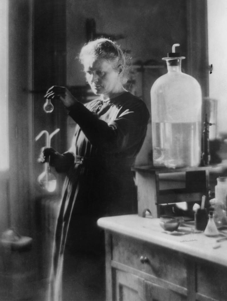 Maria Skłodowska-Curie w swoim laboratorium