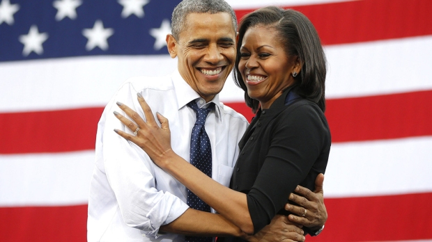 Barak Obama i Michelle Obama na tle amerykańskiej flagi