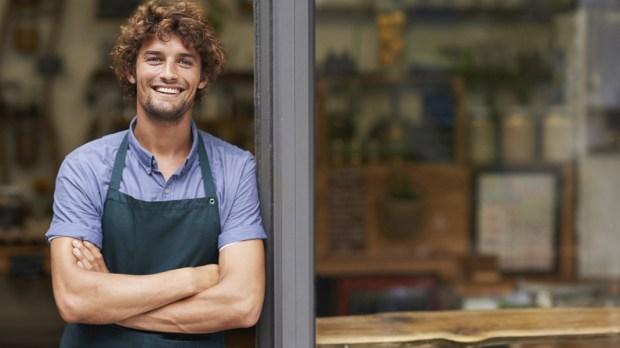 Młody uśmiechnięty chłopak stoi w drzwiach