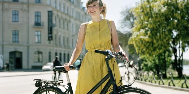 Dziewczyna z rowerem w mieście
