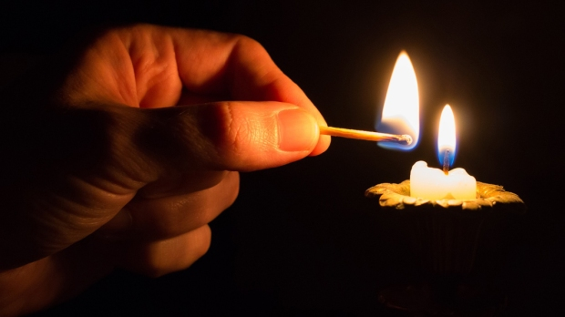 HAND,CANDLE