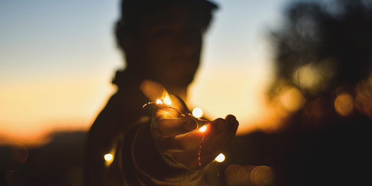 MĘŻCZYZNA Z LAMPKAMI
