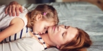 Matka z córką śpią leżąc razem
