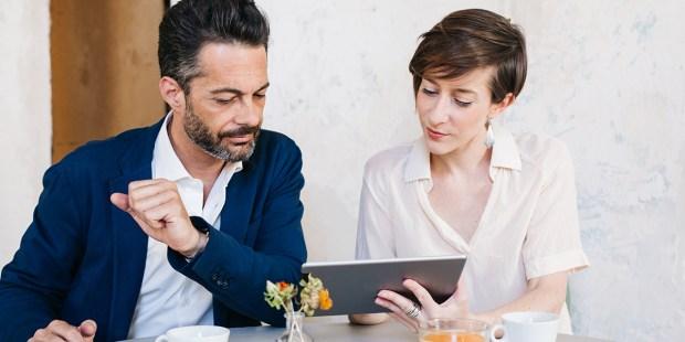 Mężczyzna i kobitea wspólnie przeglądają informacje na tablecie