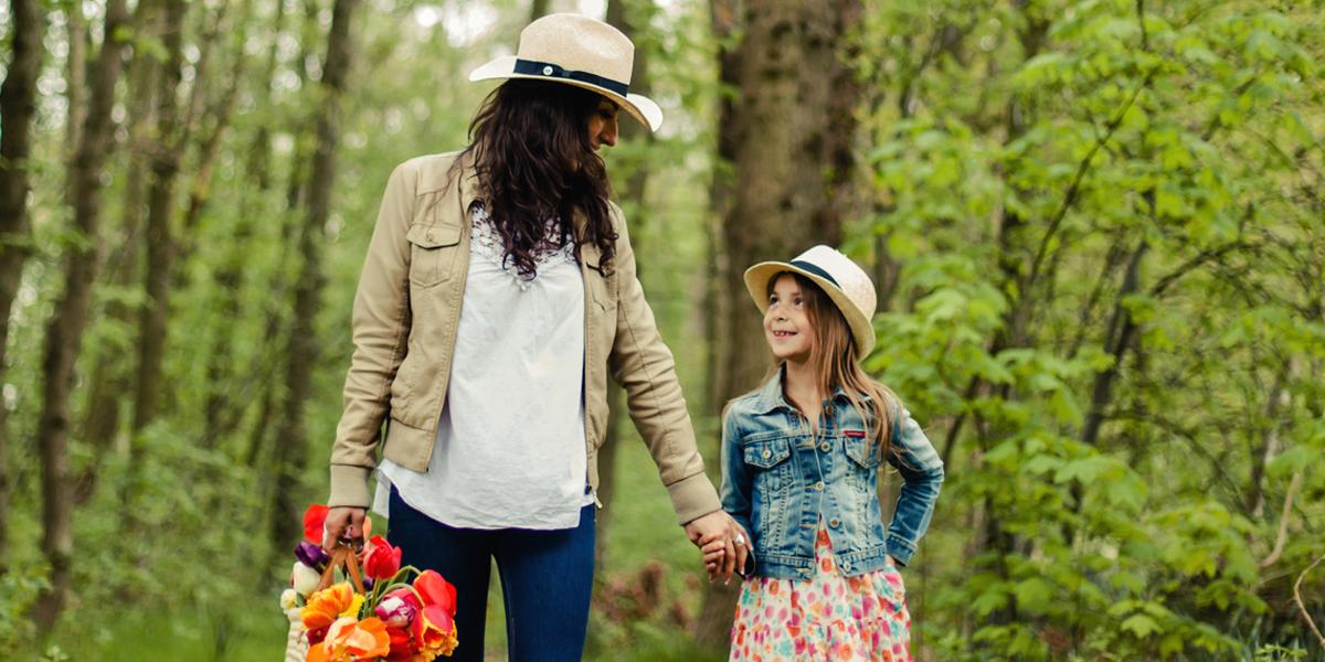 Mama z córką na spacerze w lesie