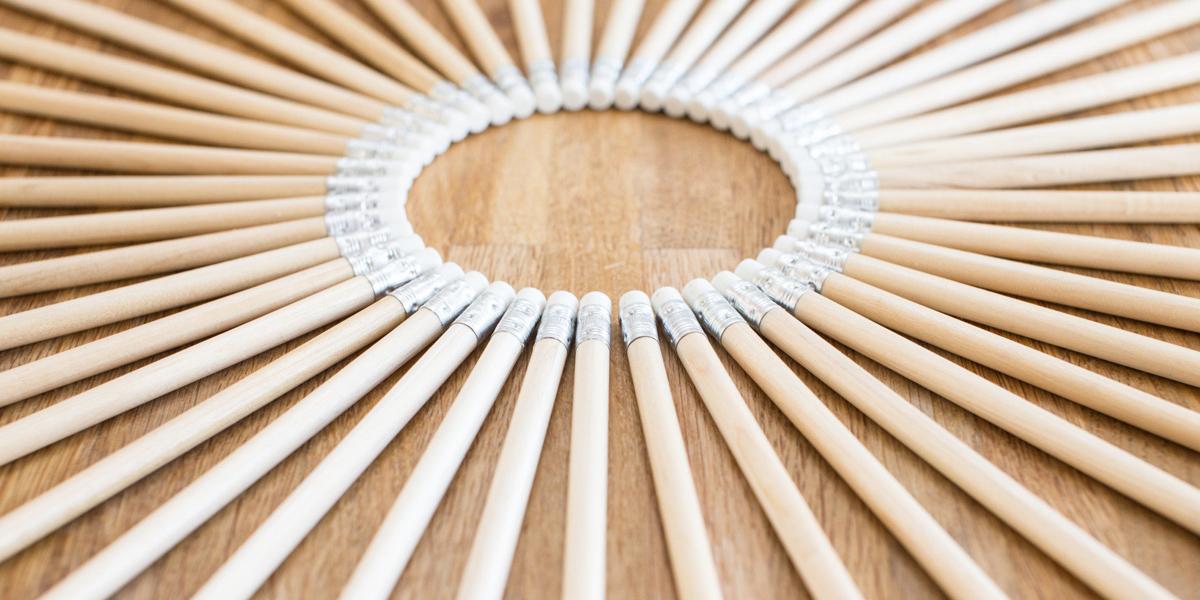 Ołówki na biurku ułożone w okrąg