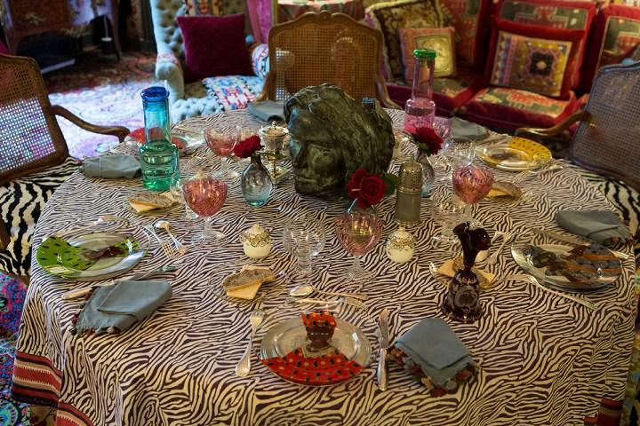 Stół nakryty na elegancką kolację