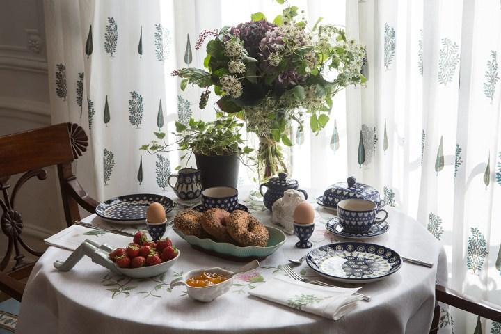 Stół elehancko nakryty na śniadanie