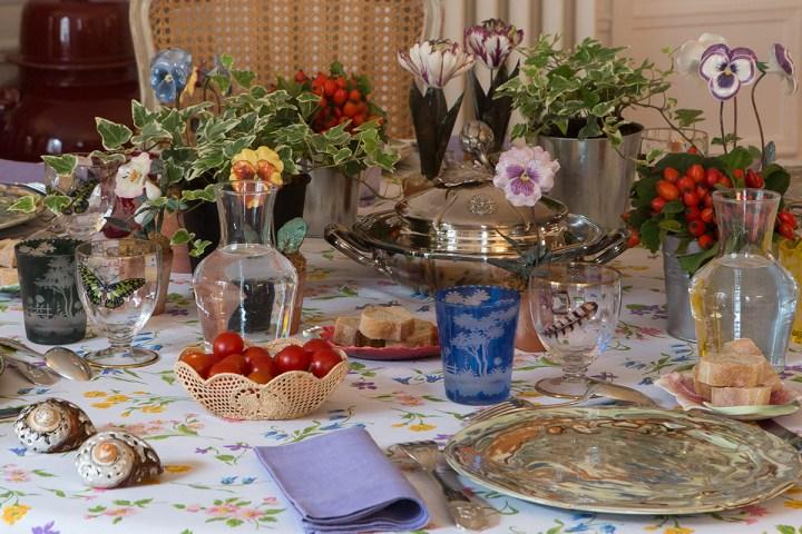 Stół nakryty na elegancką kolację.