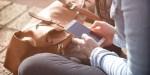 KOBIETA Z TELEFONEM W DŁONIACH