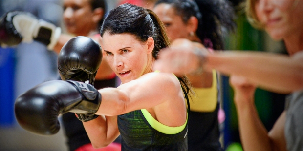 WOMAN KICKBOXING