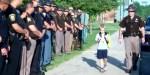 POLICJANCI ODDAJĄ HOŁD OJCU CHŁOPCA