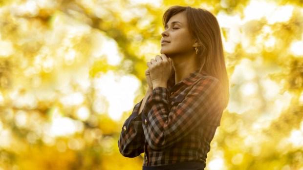 WOMAN,PRAYING,NATURE