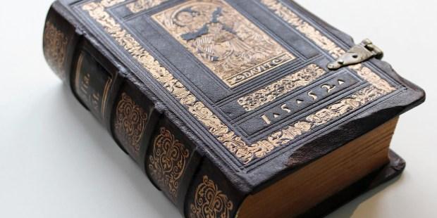 Stara Biblia leżąca na stole