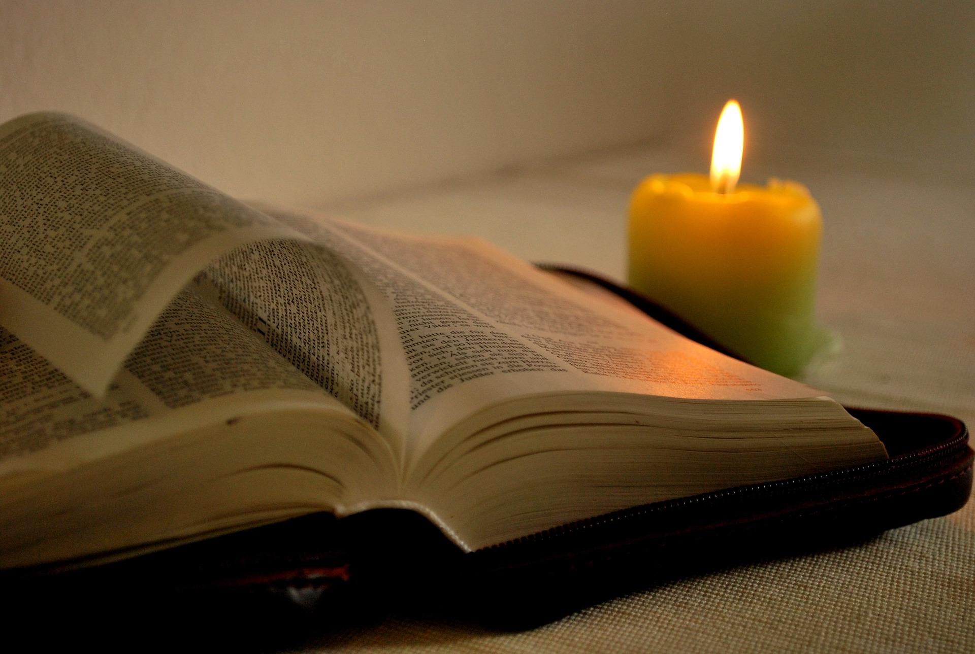 Otwarta Biblia przy świeczce