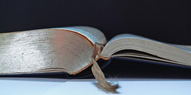 Otwarta Biblia położona na stole