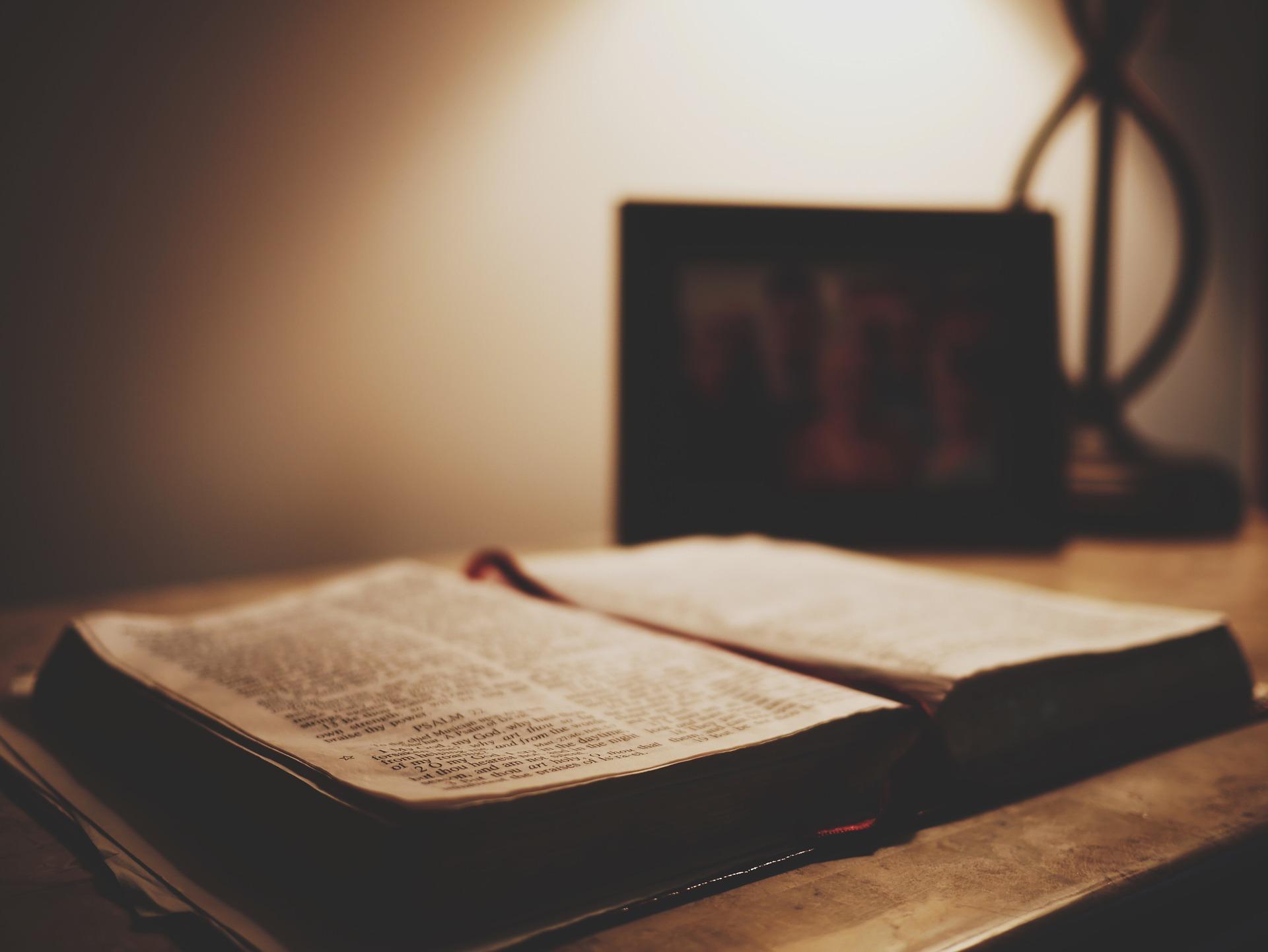 Biblia leżąca na stole w półmroku