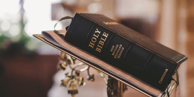 Pismo Święte na podeście