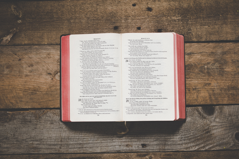 Otwarte Pismo Święte na deskach
