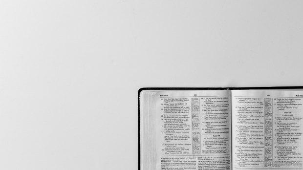 Pismo Święte na białym tle
