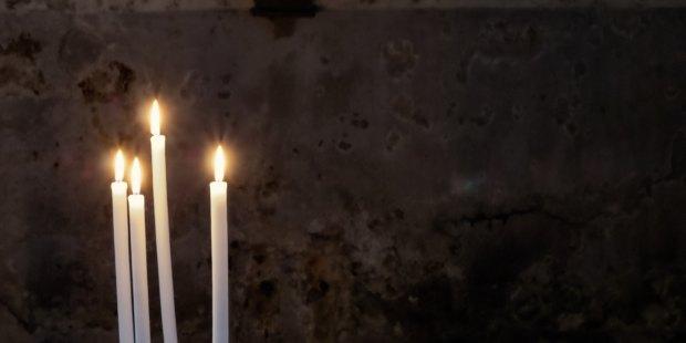 Białe świeczki na czarnym tle