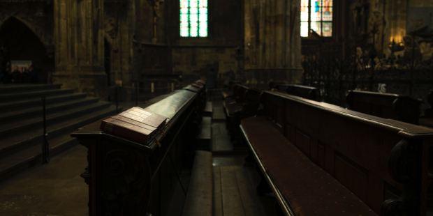 Biblia na ławce w kościele