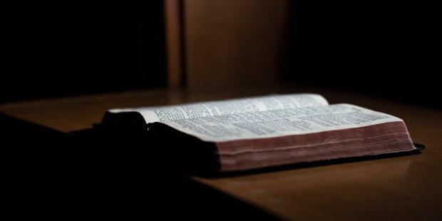 Biblia na blacie