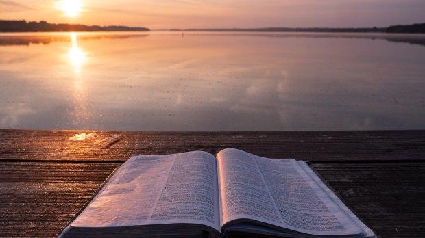 Pismo Święte na molo