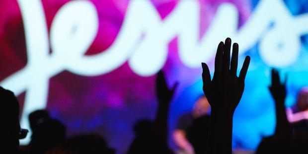 Rece w gorze na koncercie Jezus
