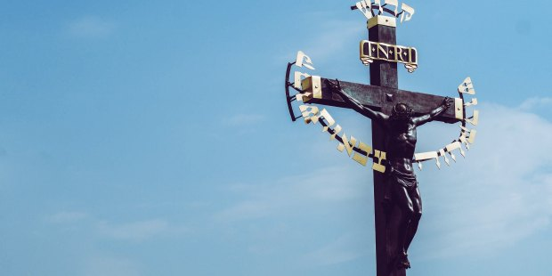 Krzyż na tle nieba