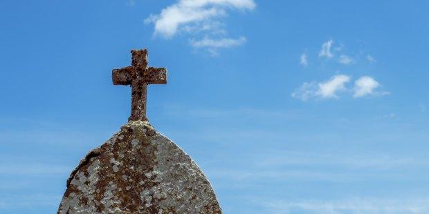 Kopuła z krzyżem na tle nieba
