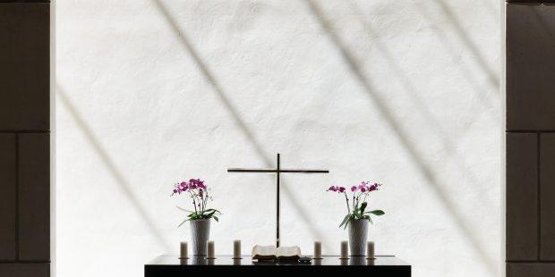 Ołtarz z krucyfiksem na białym tle