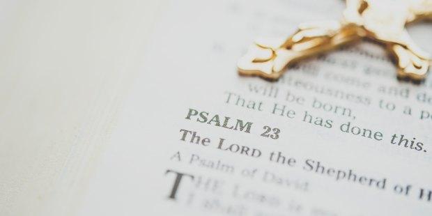 Złoty krucyfiks na Biblii