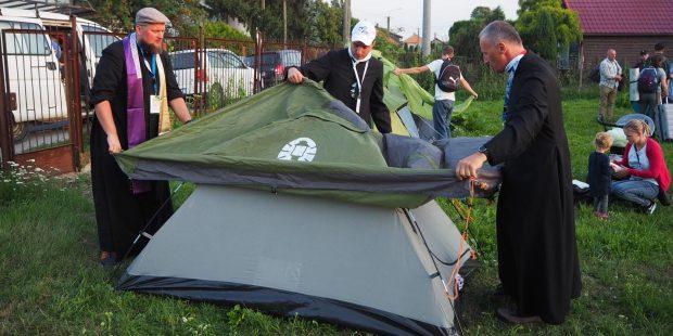 Bp Marek Solarczyk rozbija namiot na pielgrzymce